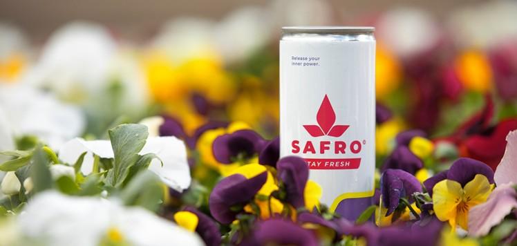 Der Relaxation Drink Safro inmitten einer Blumenwiese.
