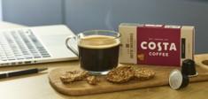 Costa Coffee am Schreibtisch.