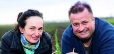 Erich und Priska Stekovics auf einem Feld.