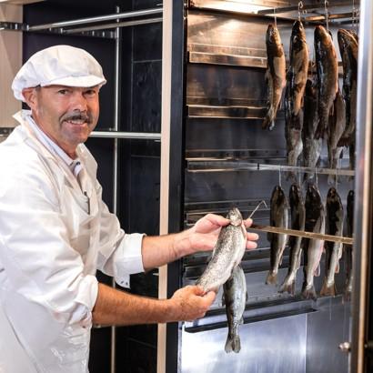 Die Fischräucherei beim Maximarkt Ried und Anif.