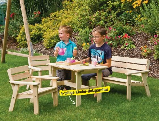 Das Bild zeigt eine Holzgarnitur für Kinder auf der zwei Jungen sitzen und spielen.